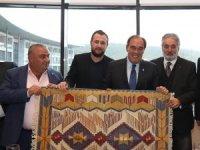 TFF Başkanı Demirören'e Uşak kilimi ve kuzu postu hediye edildi