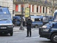 Paris'te 'Sarı Yelekliler' yeniden sokakta: Çok sayıda gözaltı