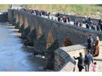 Yasak kalktı vatandaşlar On Gözlü Köprüye koştu