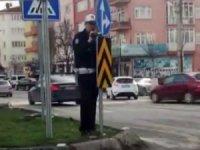 Yön tabelasının arkasına gizlenerek video çeken polise sürücüler tepki gösterdi