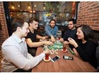 Birbirini tanımayan insanlar aynı sofrada yemek yiyip sosyalleşiyor