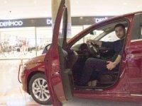 Son model otomobil talihlisi anahtarını aldı