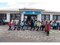 Köy okullarındaki öğrenciler gönüllü gençlerle eğleniyor