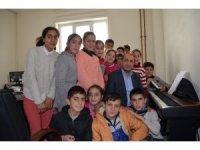 Köy okulu öğrencileri piyanoyla tanıştı