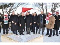 Bakan Kasapoğlu, Türkiye'nin kardan yapılan en büyük şehit askerler heykelini açtı