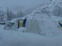 Yoğun kar yağışı nedeniyle futbol sahası çöktü