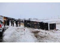 Amasya'dan Kayseri istikametine giden yolcu otobüsü Şarkışla-Kayseri karayolunun 5. kilometresinde kardan dolayı yoldan çıkarak şarampole devrildi. Kazada 22 yolcu yaralandı. Yaralılar Sivas'taki hastanelere sevk edildi.