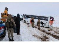Yolcu otobüsü şarampole devrildi: 1'i ağır, 23 yaralı