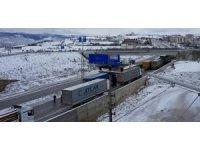 Kastamonu D-100'de buzlanma sonrası tırlar yolda kaldı