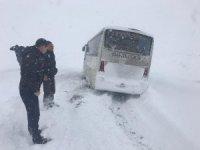 Öğretmen servisi karda mahsur kaldı