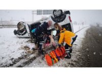 Karlı yolda takla atan araçtaki 3 İranlı yaralandı