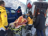 Jandarma yatalak yaşlı kadını ambulansa kadar sırtta taşıdı