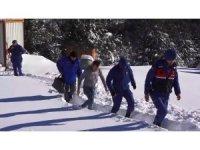 Karda mahsur kalan bekçiyi, jandarma ve belediye ekipleri kurtardı
