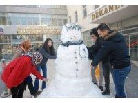 Tıp fakültesi öğrencilerinden kardan doktor
