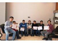 Karneleri ile birlikte başarı belgesi getiren öğrencileri ücretsiz tıraş ediyor