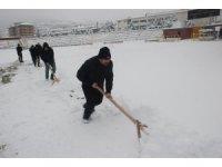 Stadyumlarda kar temizleme mesaisi