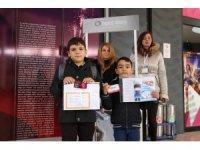 Karnesini getiren çocuklar ücretsiz sinema biletini kaptı