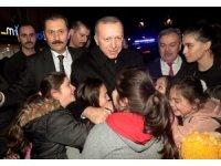 Cumhurbaşkanı Erdoğan, vatandaşlarla çay içip simit yedi