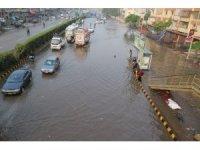 Karaçi sokakları göle döndü