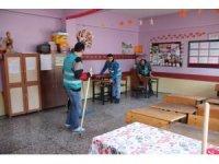 Okulların yarıyıl tatilinde tadilatı ve temizliği hükümlüler tarafından yapılıyor