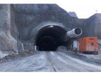 Yusufeli'de tünel çalışmasında üzerine kaya düşen 2 işçi yaralandı