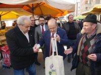 Başkan Gümrükçüoğlu Salı pazarında bez torba dağıttı
