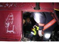 13 aracın karıştığı zincirleme kazada, sıkışan kamyon sürücüsü 3 saat sonunda kurtarıldı