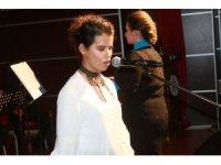 Görme engelli kızın konserde söylediği türkü herkesi adeta büyüledi