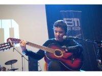 Tek eliyle gitar çalan Nuriye salonu salladı