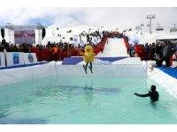 Farklı kostümlerle buz gibi suya atladılar