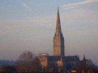 İngiltere'nin en eski katedraline Rus bayrağı asıldı, siyasi kriz çıktı