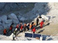 500 tonluk kayanın altından 30 saat sonra çıkartıldı