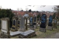 Macron saldırıya uğrayan Yahudi mezarlığını ziyaret etti
