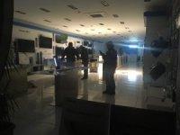 Elektronik mağazasının camlarını kırıp telefonları çaldılar