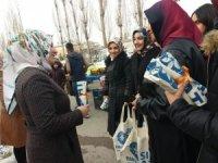 AK Parti'li kadınlar bez çanta dağıttı