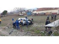 Otobüs durağına çarpan otomobil tarlaya yuvarlandı: 3 yaralı