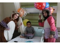 Kayseri Şehir Hastanesinde tedavi gören çocukları eğlendiren sürpriz