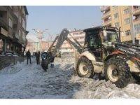 Hakkari Belediyenden buz kırma ve tuzlama çalışması