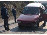 Kafa kafaya çarpışan araçtaki sürücülerin burnu bile kanamadı