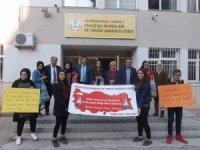 Öğrenciler vatandaşlara ördükleri fileleri dağıttı