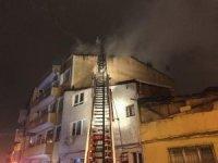 Eyüpsultan'da 4 katlı binanın çatısı alev alev yandı