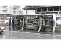 Kocaeli'nde servi minibüsü devrildi