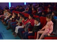"""""""Başa Bela Mikroplar"""" adlı tiyatro oyununa çocuklar yoğun ilgi gösterdi"""