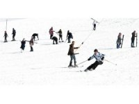 Göl manzaralı kayağa hafta sonları 3 bin kişi geliyor