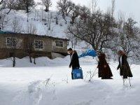 Tedavi için karlı dağları aşıyorlar