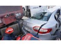 Otomobil tırla direk arasında kaldı: 1'i çocuk 4 yaralı