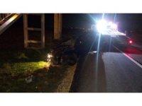 Kontrolden çıkan otomobil üst geçit merdivenine çarparak durabildi... 2 yaralı