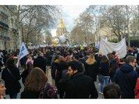 Fransa'da öğretmenler eğitim yasa tasarılarını protesto etti