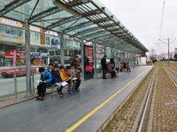 Ortaokul öğrencilerinden tramvay istasyonunda kitap farkındalığı