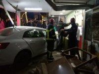 Darıca'da çarpışan iki otomobilden biri dükkana girdi: 2 yaralı